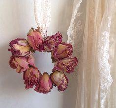 Gemaakt van rozen die mooi zijn ingedroogd.