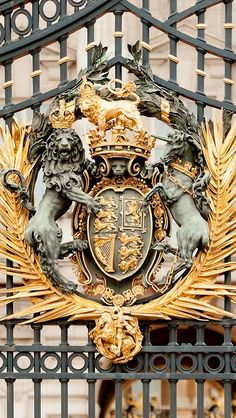 Buckingham Palace is in London, where the Queen of England lives. - learn English at home free Papua Nova Guiné, Trinidad E Tobago, Le Riad, Le Palais, Santa Lucia, London Eye, London Calling, Buckingham Palace, Kirchen