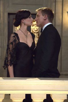 Daniel Craig as James Bond and Eva Green as Vesper Lynd in Casino Royale Daniel Craig James Bond, Soirée James Bond, James Bond Girls, James Bond Movies, Craig Bond, Rachel Weisz, Film Casino, All The James Bonds, James Bond Casino Royale