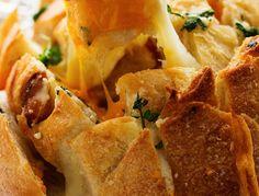 En anglais, ils disent un Pull-Appart Bread... C'est une délicieuse miche de pain à partager remplie de bon goût et super facile à faire ;) Parfait en entrée lorsque vous recevez! Hors D'oeuvres, Entrees, Breakfast Recipes, Caramel, Muffins, Sandwiches, Rolls, Tacos, Appetizers