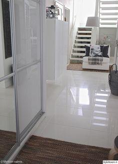 selkeä,valkoinen lattia,harmaa,vaaleanpunainen,liukuovet,portaat,nojatuoli,korit,eteinen