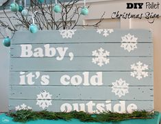 DIY Pallet Christmas Sign at thehappyhousie