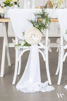 Whimsical yet chic, this wooden button makes a perfect DIY décor accent. Incorporate into tablescapes, add to chair backs or display along your wedding aisle for instant homespun charm.