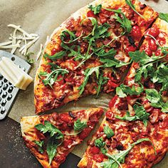 This Bacon, Tomato, and Arugula Pizza makes for an easy weeknight meal. Instead of having an arugula salad on the side, put it on top of your pizza for fresh flavor that pairs perfectly with the tomato and applewood-smoked bacon pizza toppings. Pizza Recipes, Cooking Recipes, Healthy Recipes, Healthy Pizza, Healthy Meals, Flatbread Recipes, Recipes Dinner, Pork Recipes, Cooking Tips