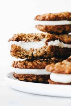 Homemade Oatmeal Cream Pies: Soft and chewy oatmeal cookies are sandwiched together with delicious vanilla buttercream to create the perfect dessert. Cookie Desserts, Just Desserts, Cookie Recipes, Delicious Desserts, Dessert Recipes, Yummy Food, Lemon Desserts, Dessert Ideas, Oatmeal Cream Cookies