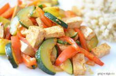Warzywa z patelni z tofu i komosą ryżową