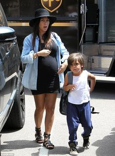 Kim Kardashian shows off her one-year-old walking in matching denim Kim Kardashian Show, Kardashian Style, Bump Style, Mommy Style, Stylish Maternity, Maternity Fashion, Pregnancy Outfits, Pregnancy Wear, Maternity Outfits