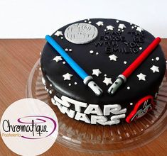 Star Wars Cake: make a Neapolitan version with white, dark chocolate, and grasshopper. Swap blue light saber for green and include Yoda. Star Wars Torte, Bolo Star Wars, Star Wars Cake Toppers, Fondant Cakes, Cupcake Cakes, Theme Star Wars, Star Wars Birthday Cake, Sabre Laser, Superman Cakes