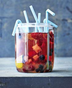 Kokeile perussangrian keväisempää, kuplivaa serkkua, jossa punaviinin sijaan lasiin kaadetaan vaaleanpunaista kuohuviiniä.