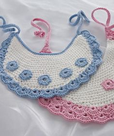 Make These Gorgeous Crochet Baby Bibs: FREE crochet pattern Crochet Baby Bibs, Crochet Baby Clothes, Love Crochet, Crochet For Kids, Baby Knitting, Knit Crochet, Crochet Crafts, Crochet Projects, Crochet Stitches
