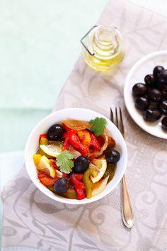 Salade Méchouia J'ai découvert la salade Méchouia typique de Tunisie (mais il existe des versions au Maroc et en Algérie et celle-ci est un peu la mienne 😉 il y… Tunisian Food, Creme Dessert, Finger Foods, Entrees, Waffles, Gluten, Vegan, Dishes, Fruit
