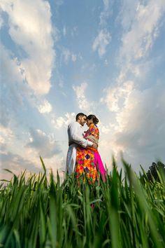 Poo 👑 Outdoor Couples Photography, Couple Photography Poses, Indian Wedding Photography, Pre Wedding Poses, Pre Wedding Shoot Ideas, Pre Wedding Photoshoot, Couple Photoshoot Poses, Couple Shoot, Romantic Wedding Photos