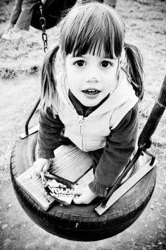 Gina Buliga este mama a doua fete. Fetele sunt frumoase si mama fericita. Ce este mai putin obisnuit este faptul ca Gina Buliga este un fotograf profesionist, are mai multe expozitii in spate, iar subiectul de suflet este copilaria si copiii. Un motv suficient pentru ca sunt mamica sa-si doreasca teribil sa vorbeasca cu Gina Buliga (http://ginabuliga.500px.com/#/0)si sa afle taina care o face sa prinda copilaria in imagini cu totul exceptionale.