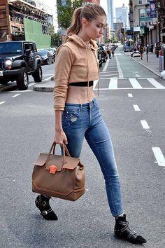 Gigi Hadid usando moletom com calça skinny