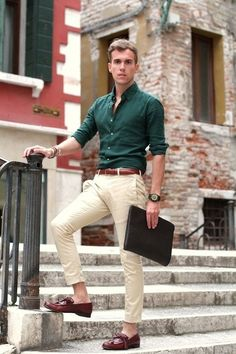 Busy days call for a simple yet stylish outfit, such as a hunter green long sleeve shirt and beige chinos. Turn your sartorial beast mode on and rock a pair of oxblood leather tassel loafers. Style Casual, Men Casual, Casual Fall, Smart Casual Men Work, Work Casual, Casual Wear, Look Fashion, Mens Fashion, Men Fashion Casual