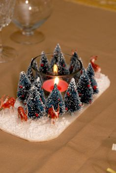 centre de table pour repas de noël 1 Table Halloween, Deco Table Noel, Merry Christmas, Xmas, Winter Season, Birthday Candles, Panna Cotta, Christmas Decorations, Seasons