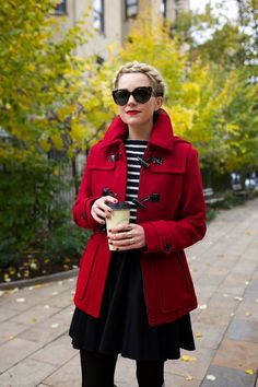 Tips for wearing red clothes without shame - Trajes de invierno - Fall Outfit Red Coat Outfit, Winter Coat Outfits, Outfit Zusammenstellen, Fall Outfits, Red Winter Coat, Mode Mantel, Coats For Women, Clothes For Women, Winter Stil