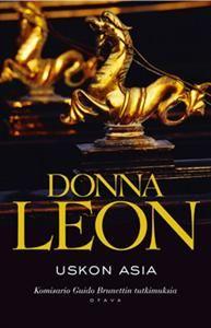 #DonnaLeon #Uskon #asia Kesäisessä Venetsiassa kihisee. Paikallisen oikeustalon toimintaa häiritsee ristiriitatilanne virkamiesten välillä. Kun oikeudenpalvelija löydetään murhattuna, mysteerin ratkaisijaksi kaivataan komisario Brunettia. Samaan aikaan Vianello joutuu tarkkailemaan tätinsä hämäriä puuhia, sillä tämä on nostanut suuria summia perheyrityksen tililtä.