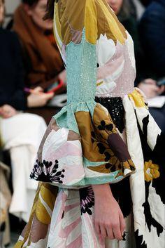The complete Valentino Fall 2018 Ready-to-Wear fashion show now on Vogue Runway. Fashion 101, Fashion Details, Latest Fashion Trends, Fashion Show, Fashion Looks, Fashion Outfits, Womens Fashion, Fashion Design, Ladies Fashion