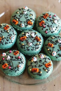 Halloween decorated macarons - complete with ghosts, pumpkins, tiny skulls and eyeballs! ha! This is a blog by a Japanese mom.