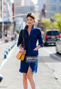 Hanneli Mustaparta wearing denim dress and Prada bag outside J. Crew on September 2016 in New York City. Fall Outfits For School, College Outfits, New York Fashion, Celebrity Dresses, Celebrity Style, Video Vintage, Street Style Shoes, Skirts With Boots, Who What Wear