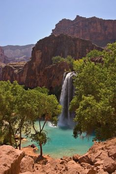 On the Havasupai Indian Reservation within Grand Canyon National Park in Arizona you will find the gorgeous Havasu Falls. The picture perfect falls features a blue-green pool below which is excellent for swimming. Havasu Falls is fairly difficult to reach by foot, requiring a drive to Hualapai Hilltop and then a 16 km (10 mile) hike to the Falls via the tiny village of Supai which is 3 km (2 miles) from the falls.