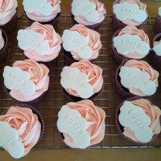 Chocolate and strawberry marsmallow fluff cupcakes.  Cupcakes de chocolate y nubes de fresa