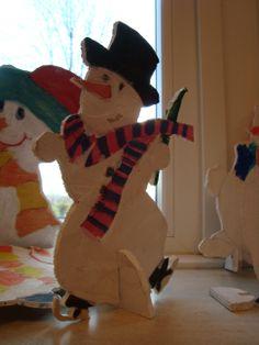 Figuur zagen  De kinderen van groep 5/6 van OBS Woold hebben een sneeuwpop gemaakt. Zelf bedacht. Winter Diy, Christmas Projects, Diy For Kids, Tigger, Dinosaur Stuffed Animal, December, Diy Crafts, Seasons, Baby