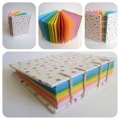 Caderno com costura copta (aparente). Capa em tecido nacional. Miolo com papel 120g, em 8 cores (bloco cores), 64 folhas.    Atenção: estampa esgotada.