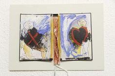 """Jeden Tag ein Bild - Kernstücke der Ausstellung """"Plop Art"""" von Joseph B. Raimond sind kleine Gemälde, die der Künstler in Tagebüchern festhält - mit meist hintersinnigen Kommentaren. Sein Werk ist stets dem Punk verbunden, was sich auch in seinen Keramiken ausdrückt. Der vielseitige Künstler, der in San Francisco studierte und seit 1995 in Fürth lebt und arbeitet, schreibt auch Gedichte und ist Musiker."""