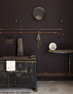 Love the exposed pipes and alternative solution for the sink. Love changing where you want your sink to be simply by adding the pipes. Perfect.