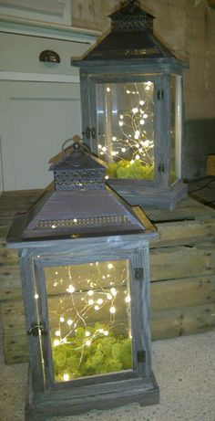 Rustic lanterns with fairy lights and moss More Rustic lanterns with fairy lights and moss More The post Rustic lanterns with fairy lights and moss More appeared first on Lichterkette ideen. Rustic Lanterns, Lanterns Decor, Decorating With Lanterns, Porch Lanterns, Decorative Lanterns, Rustic Outdoor Decor, Old Lanterns, Lantern With Fairy Lights, Lantern Fairy Lights