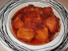 Υλικά:    1 1/2 κιλό πατάτες  1 μεγάλο κρεμμύδι τριμμένο  2 σκελίδες σκόρδο λιωμένες  1/2 φλ. τσαγιού ελαιόλαδο  1 κουτί ντοματοχυμό  1...