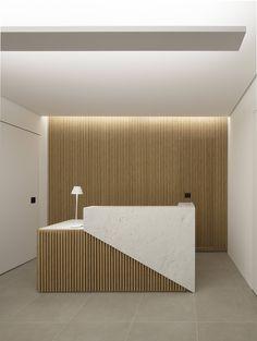 Publicada no site do @arkpad pelo escritório GDL Arquitetura, esta recepção de um consultório chamou nossa atenção pela presença marcante da madeira e do mármore! Adoramos o jogo de volumes e as texturas!