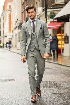 Klassischer, hellgrauer Dreiteiler (Marc Anthony Tailoring), weißes Hemd (Hackett), braune Seidenkrawatte mit passendem, dunkelblauem Einstecktuch (Brunello Cucinelli) und braune Double Monkstraps (Russell & Bromley).