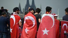 Aufgeheizte Stimmung bei Großdemo: Tausende Erdogan-Anhänger versammeln sich in Köln