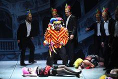 Hayato Kamie (Rigoletto), Coro del Teatro Regio di Parma - foto di Roberto Ricci