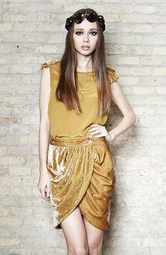 Falda de terciopelo y top con detalle de terciopelo en el hombro - Velvet skirt and top with velvet on shoulders | SAYAN