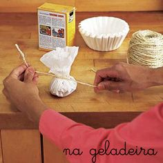 Eficientes e simples: Coloque o filtro no fundo do jarro antes de plantar. Ele irá filtrar a água colocada no vaso. É o fim daquela aguinha, cheia de terra, que sai pelo buraquinho do jarro depois que a gente rega as plantas. Coloque um punhado de bicarbonato de sódio no centro do filtro e prenda …