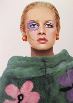 Twiggy wearing Mary Quant Lovethemake-up Foto Fashion, Fashion History, Trendy Fashion, 1960s Makeup, Vintage Makeup, Mary Quant, Patti Hansen, Lauren Hutton, Twiggy Hair