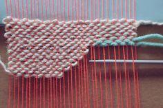 tutoriel tissage morganours planB Weaving Wall Hanging, Weaving Art, Loom Weaving, Hand Weaving, Macrame Bracelet Patterns, Weaving Projects, Weaving Techniques, Loom Knitting, Lana