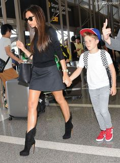 Victoria Beckham en mini jupe et bottines.
