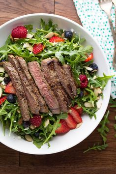 You won't ever need another steak salad recipe! Strawberry arugula salad is topped with streak and tossed in a simple balsamic vinaigrette. Ready in 30 min. Paleo, Keto, Lchf, Edamame, Steak Salat, Balsamic Vinaigrette Recipe, Strawberry Vinaigrette, Beef Recipes, Healthy Recipes