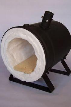 2.2 Pueden aislar con fibra cerámica, Kaowool:  Tiene una conductividad baja, quiere decir que deja pasar menos calor por las paredes de la fragua.  Es ligera, no retiene calor, resiste altas temperaturas, su costo en 1 de espesor x 61 cms de ancho x metro lineal es de 19.6 dólares  Se necesitan 2 metros lineales para dejar las paredes aislantes a 2 de espesor, costo total del Kaowool para cubrir la fragua: 39.2 dólares. Fotos cortesía: César López.