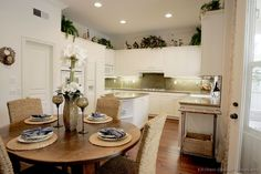 Traditional White Kitchen Cabinets #77 (Kitchen-Design-Ideas.org) . Like the granite