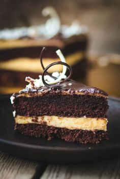 Torta al cacao con crema pasticcera tradizionale della Nonna