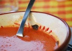 Nuestro crítico de restaurantes Jordi Luque cata a ciegas nueve marcas de gazpacho envasado. ¿Cuál conquista su corazón andaluz? ¿Y de cuál dice  esto no se debería vender ? Eat Pray Love, Cooking Classes, Panna Cotta, Healthy Recipes, Healthy Food, Pudding, Vegetarian, Tasty, Nutrition