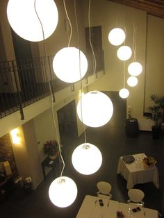 Illuminazione sala da pranzo su due livelli con sospensioni Cosmo