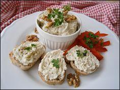 Nivu, tavené sýry a máslo ušleháme, nebo rozmixujeme ponorným mixérem. Ručně vmícháme vlašské ořechy a mažeme na pečivo.