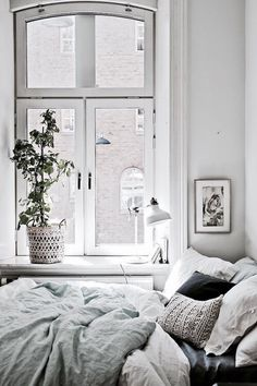 Discover Modern examples of Minimalist Bedroom Decor Ideas design in your home. See the best designs for your interior bedroom. Deco Design, Studio Design, Design Design, Design Trends, Home And Deco, Small Space Living, Small Space Bedroom, My New Room, Cozy House